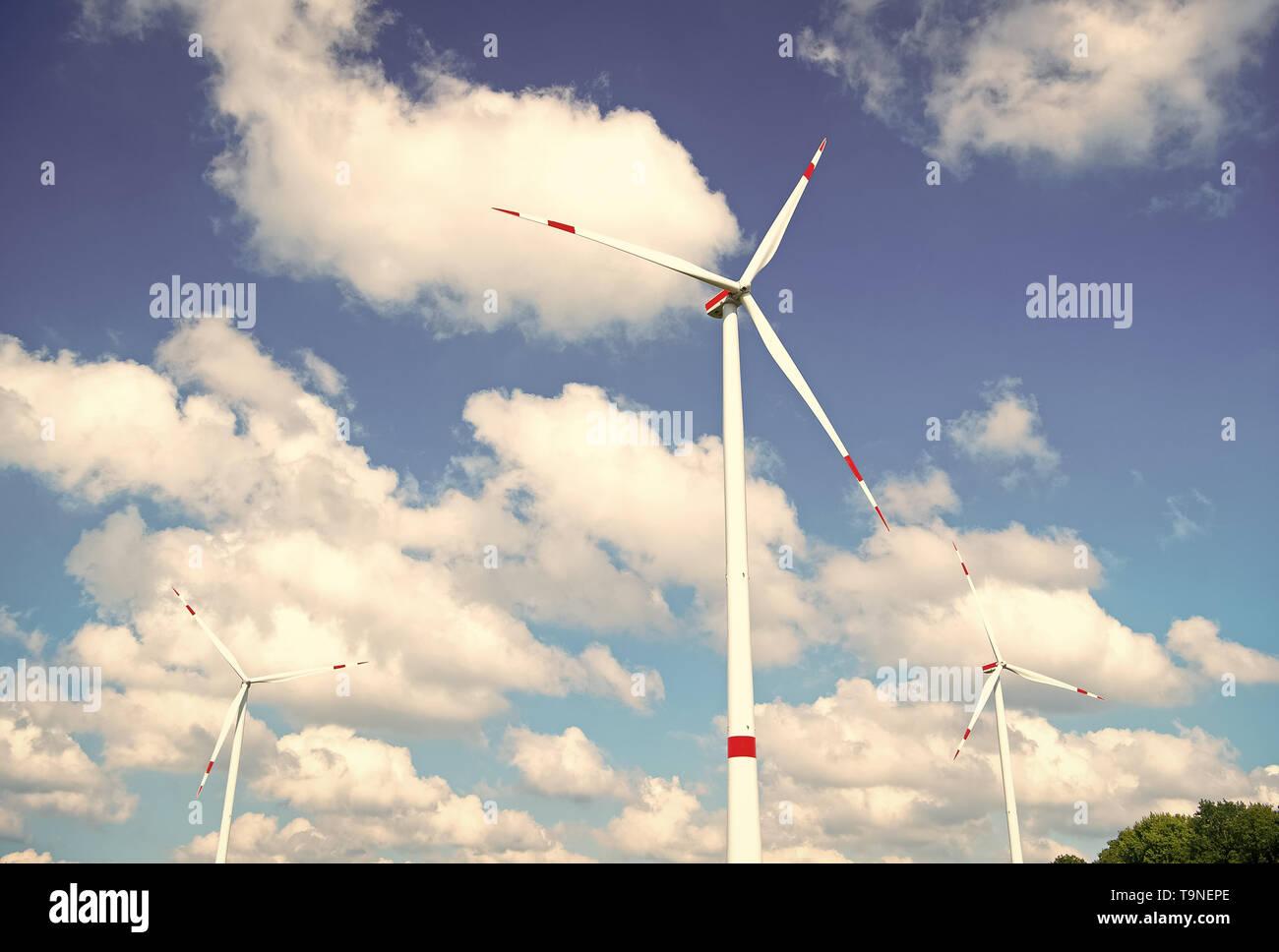 Turbine ou moulin fond de ciel bleu. Autre source d'énergie. Go Green eco friendly technologies. Du carburant propre source d'énergie. Avantages et challen Photo Stock