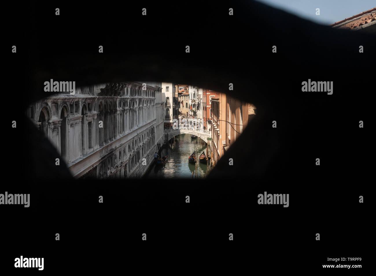 Venise, Italie - 18 avril 2019 Vue de Venise depuis le Pont des Soupirs au cours de la journée. C'était la dernière vue de Venise de prisoniers avant d'aller en prison Banque D'Images