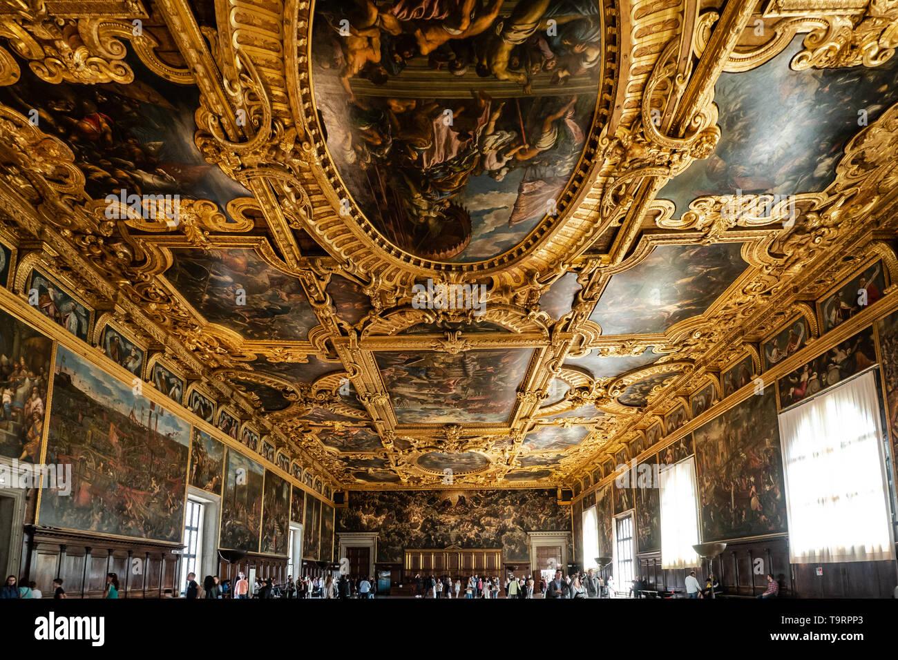 Venise, Italie - 18 avril 2019 la chambre du grand conseil à la Doge Palace avec les touristes. Détail du plafond. Banque D'Images