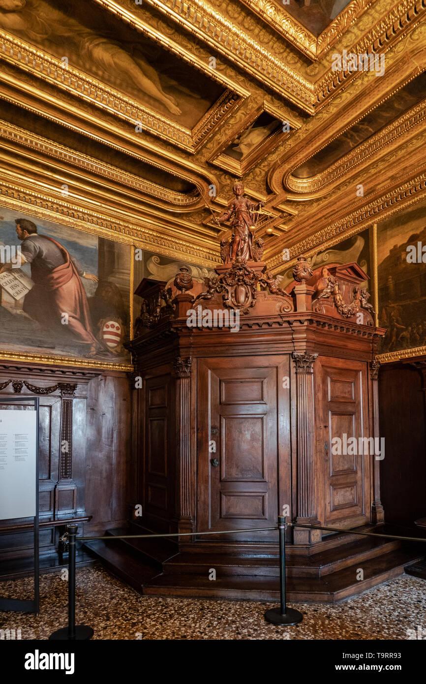 Venise, Italie - 18 Avril 2019 La boussole prix au Palais des Doges. La justice statue en bois et des portes. Banque D'Images