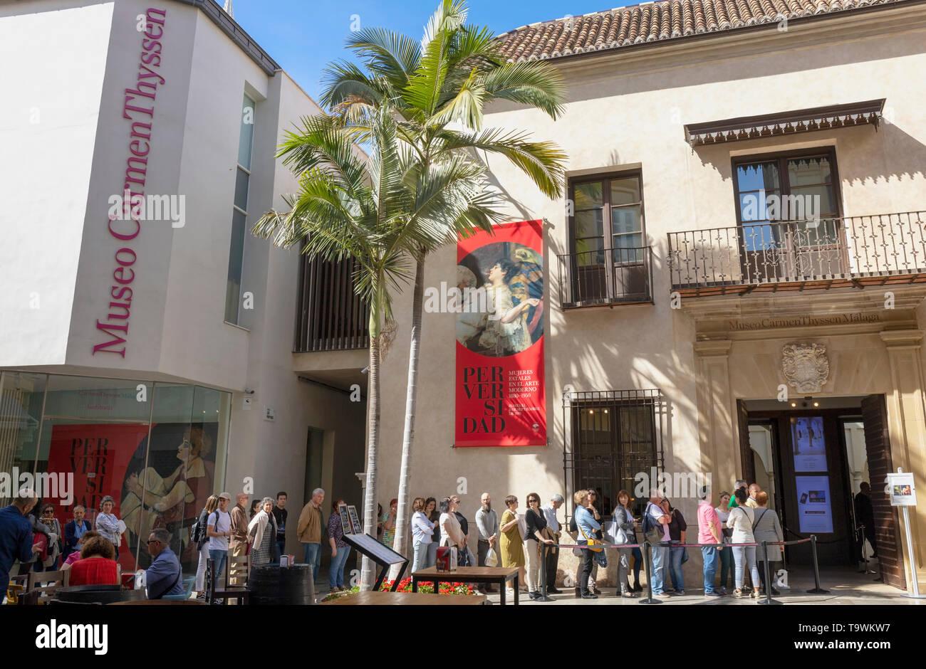 File d'attente hors du Musée Carmen Thyssen, Malaga, Costa del Sol, la province de Malaga, Andalousie, Espagne du sud. Photo Stock