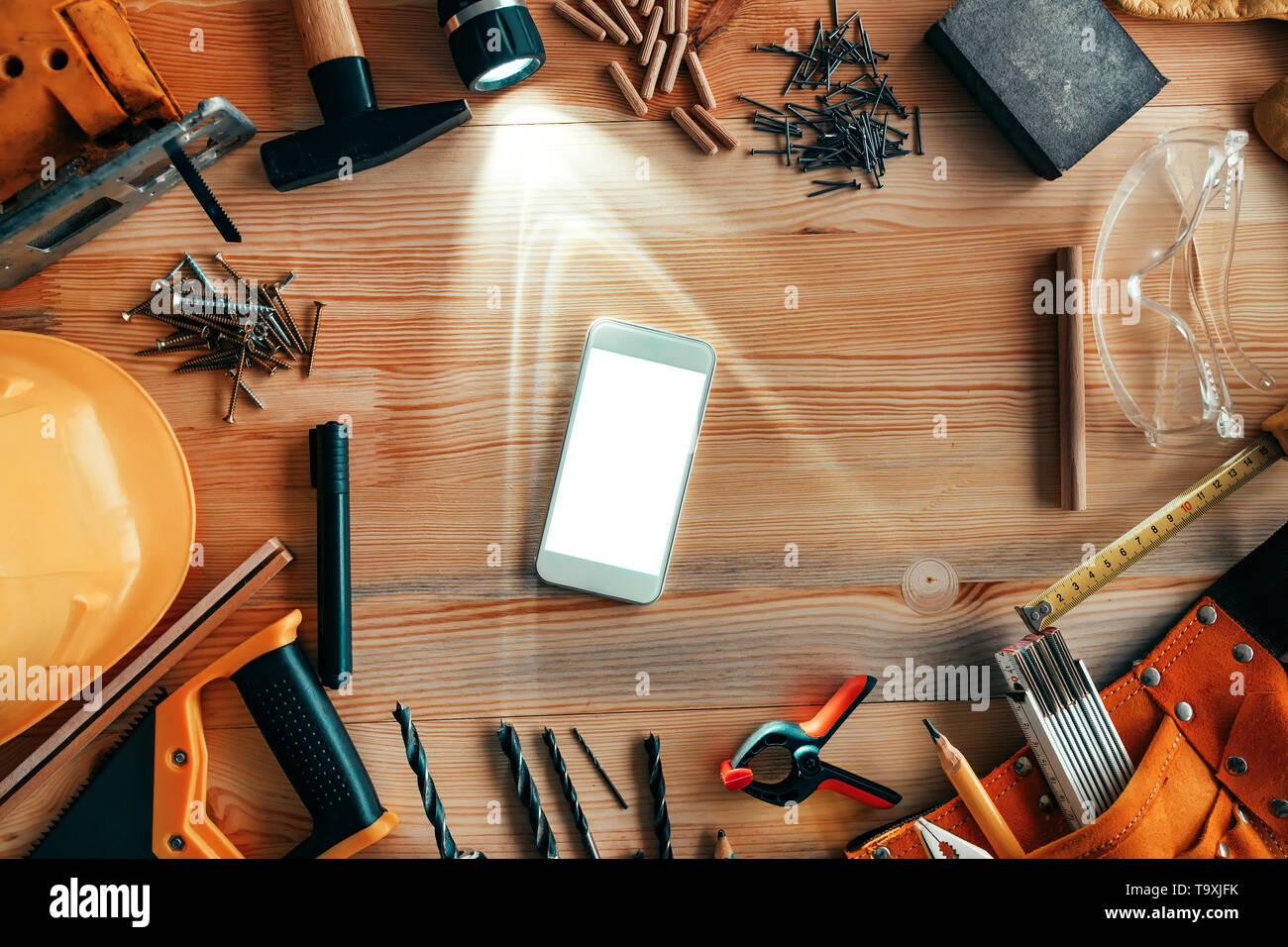 Maquette du smartphone sur l'atelier de menuiserie menuiserie 24, vue d'en haut Banque D'Images