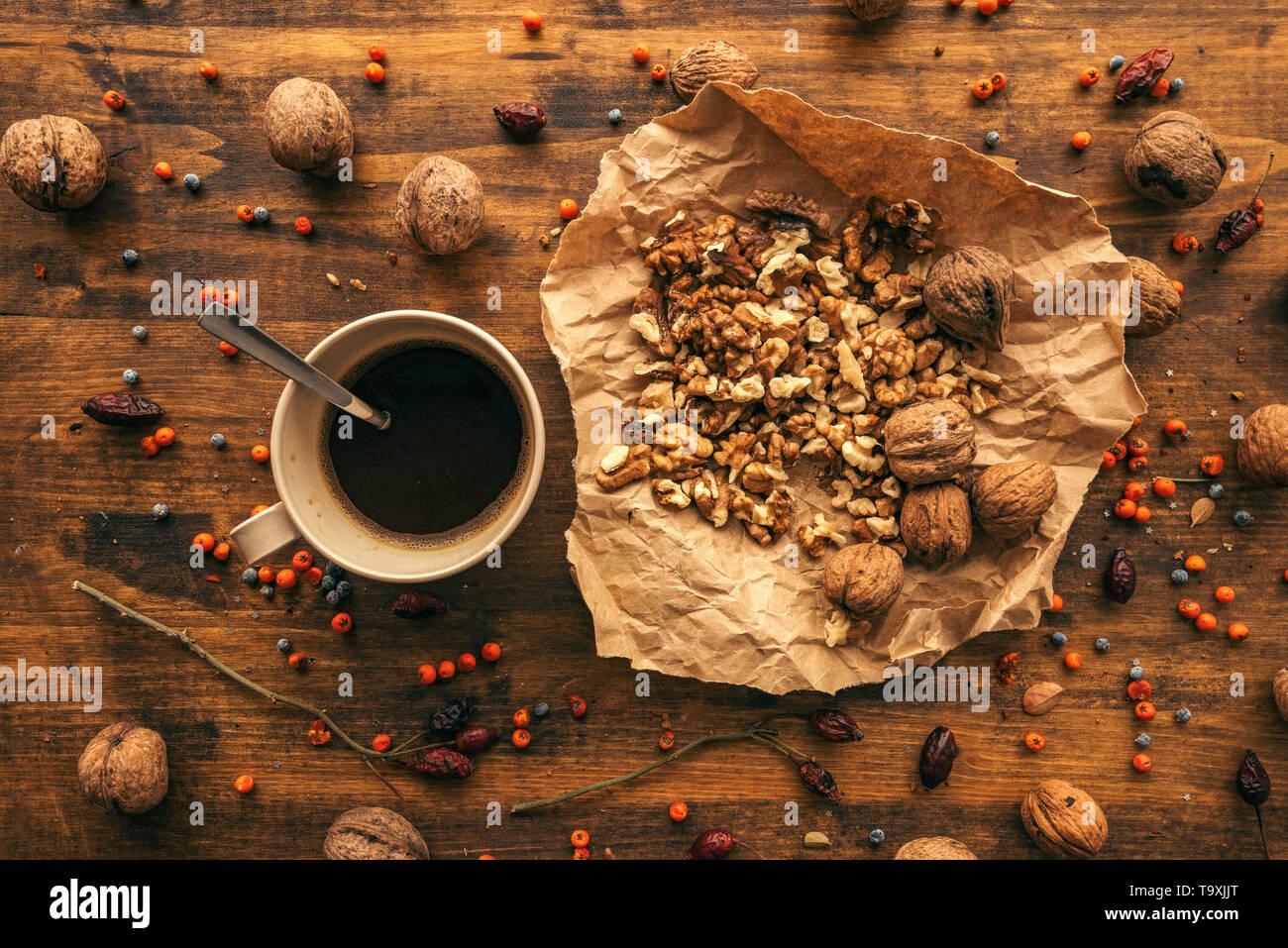 Fruits mûrs et noyer la tasse de café sur la table, vue de dessus de la nourriture sains antioxydants Photo Stock