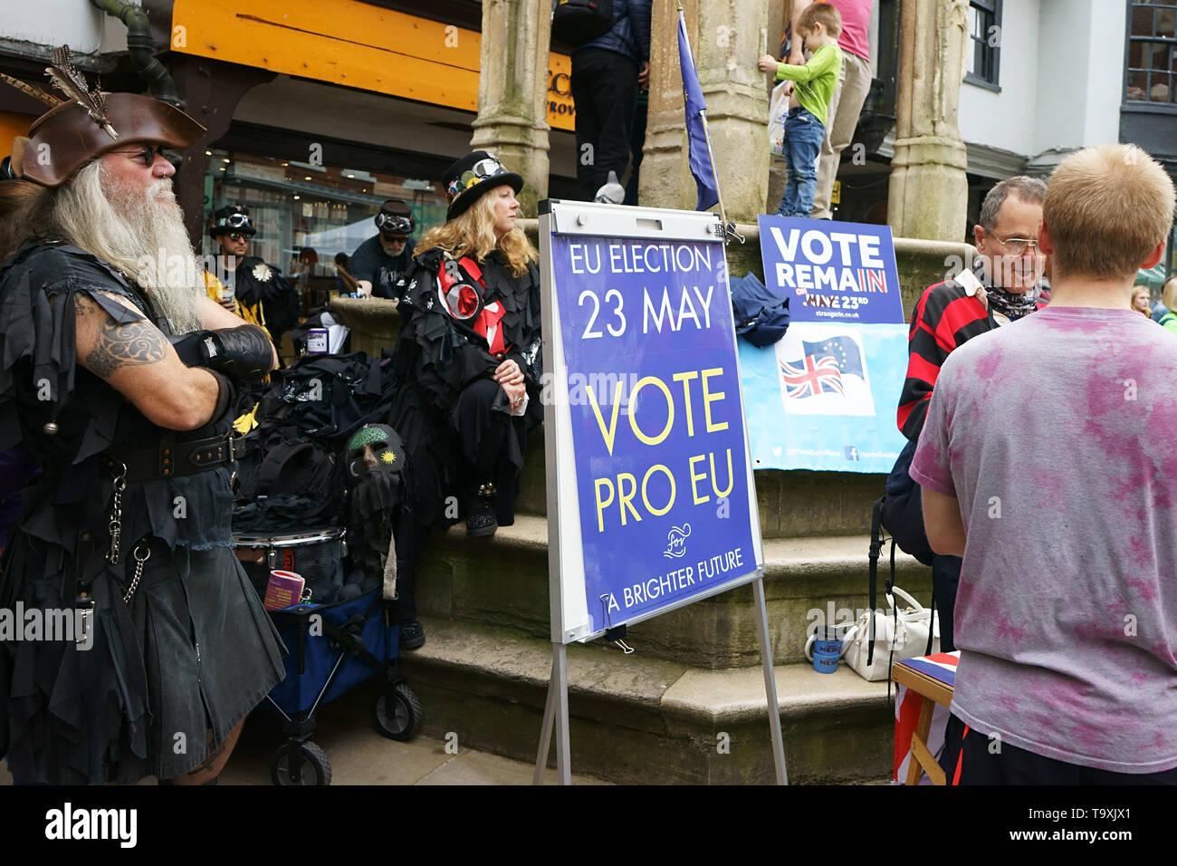 Winchester, Royaume-Uni. UE Le Parlement vote le jour de l'élection 23 mai 2019 - bénévoles distribuer des tracts dans le centre-ville de Winchester au cours du MAYFEST - 18 mai 2019 Photo Stock