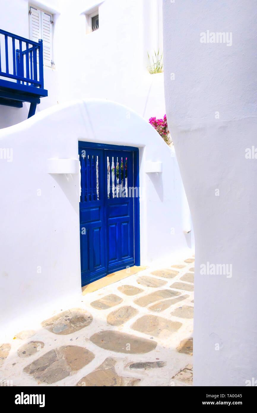 L'architecture grecque traditionnelle, avec vue sur la rue blanche et bleue chambre close-up Banque D'Images