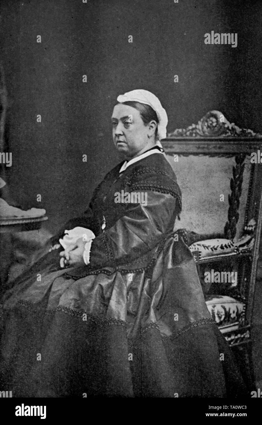 La reine Victoria (1819-1901) en 1863. Par Lytton Strachey, la Martiniere, Londres, la reine Victoria est le monarque du Royaume-Uni de Grande-Bretagne et d'Irlande de 20 juin 1837 jusqu'à sa mort. La reine Victoria est photographié ici avec le noir du deuil qu'elle portait à la suite de Prince Albert, le Prince Consort's mort jusqu'à sa propre mort en 1901. Banque D'Images