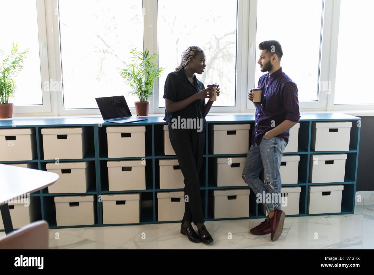 Collègue d'affaires ayant pause café dans le bureau Banque D'Images