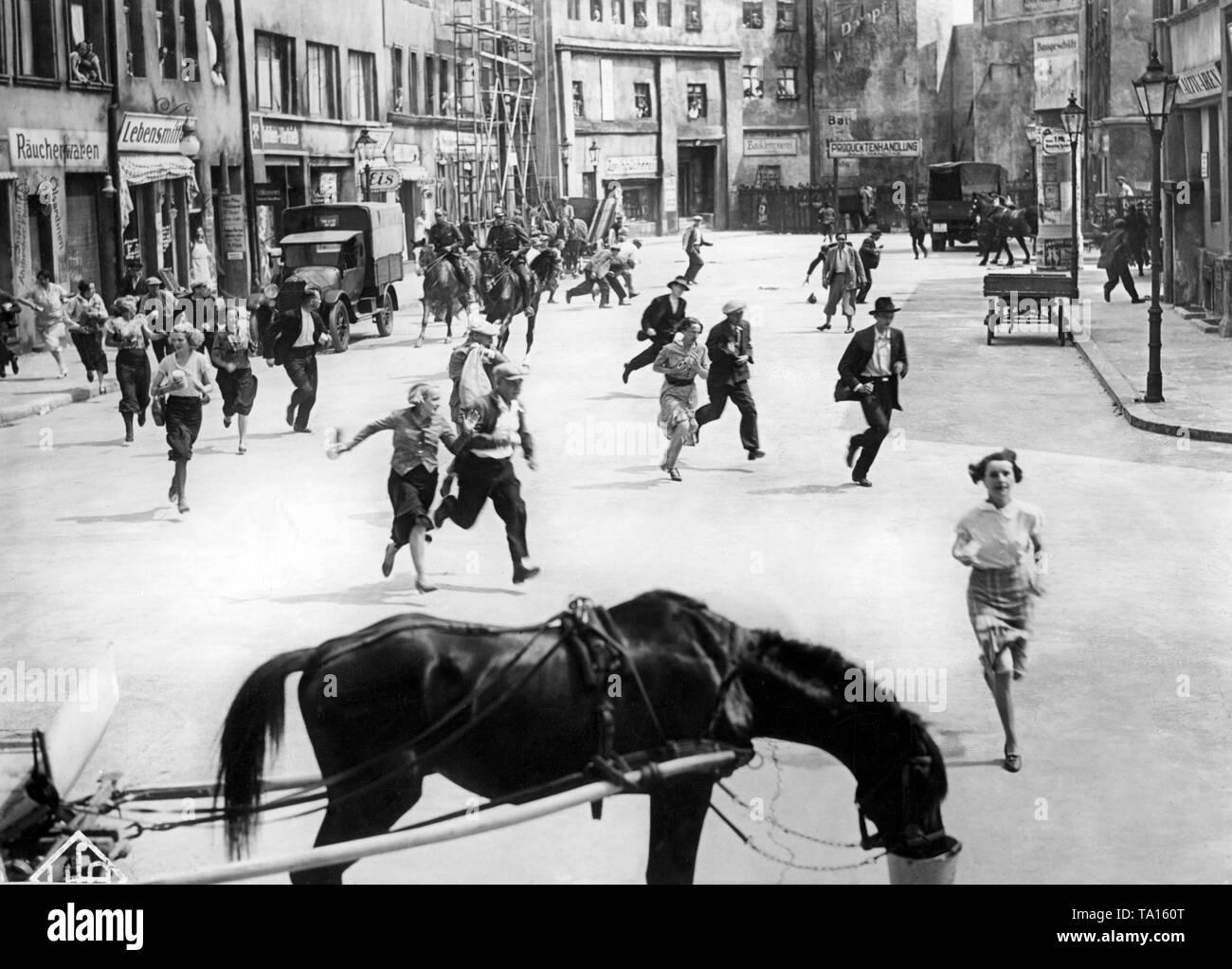En raison des combats de rue entre la SA et l'Rotfrontkaempferbund , les forces de police sont sur place afin de dissiper la foule de personnes dans le temps. Cette photo montre deux policiers à cheval, qui dissipent une foule. Photo Stock