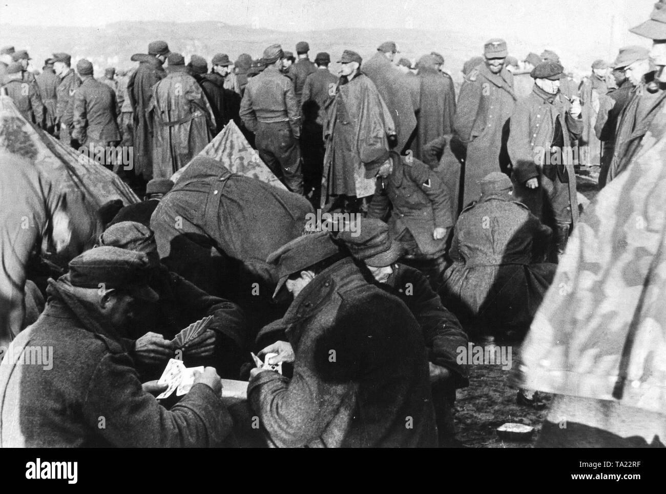 Soldats allemands dans un camp de prisonniers de guerre alliés, 1945, (photo n/b) Photo Stock