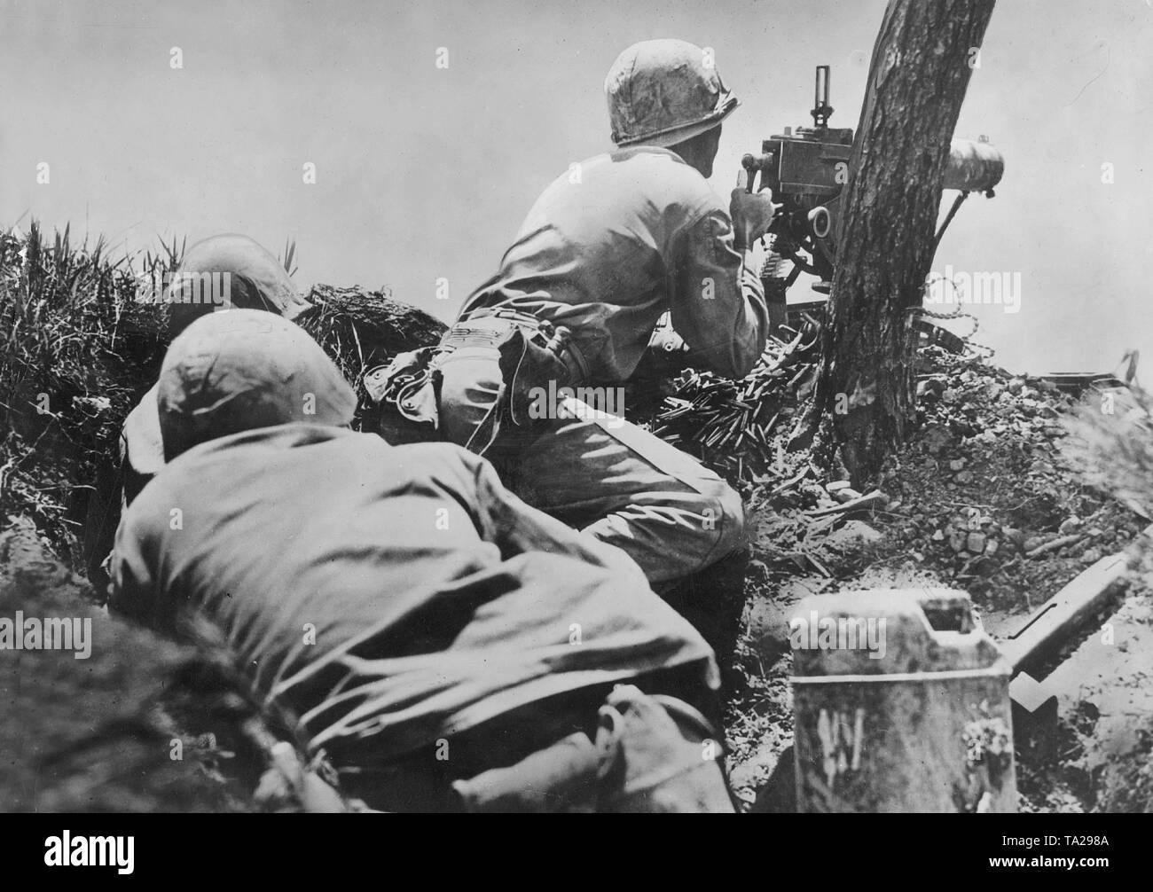 Les Marines américains l'atterrissage sur une île du Pacifique occupés par le Japon, 1945 (photo n/b) Photo Stock