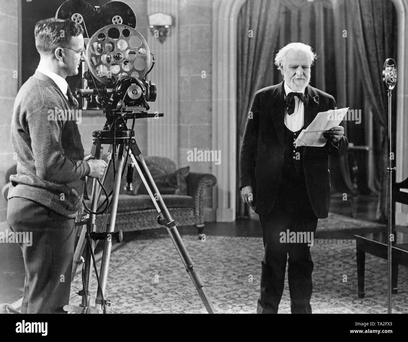 """Le poète Edwin Markham est filmé dans les studios de Dr Forest en récitant ses poèmes """"L'homme à la houe"""" et """"Lincoln"""". Ces poèmes ont été insérées dans un documentaire montré par le Smithsonian Institute. Présents étaient le Dr Lee et le Dr Forest, Chauncey Deprew, Dr Chas W. Elliot, Elihu Root, Président Coolidge et plus tard sénateur Robert La Follette. Banque D'Images"""