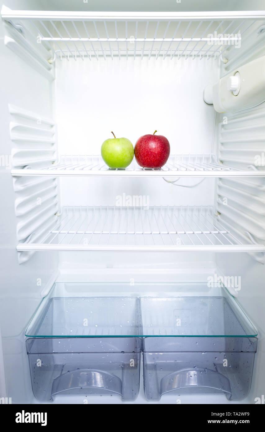 Caisse De Pomme Vide frais lumineux rouge et vert pomme sur l'étagère d'ouvrir