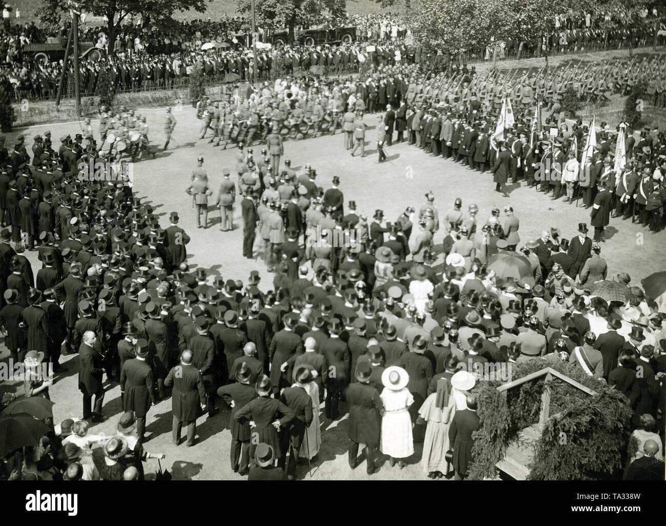 À la suite du vote populaire en mars 1920, une grande partie de la Haute-Silésie est demeuré avec le Reich allemand. Ici, les troupes de la Reichswehr entrent Gliwice sous l'acclamation de la population. Photo Stock