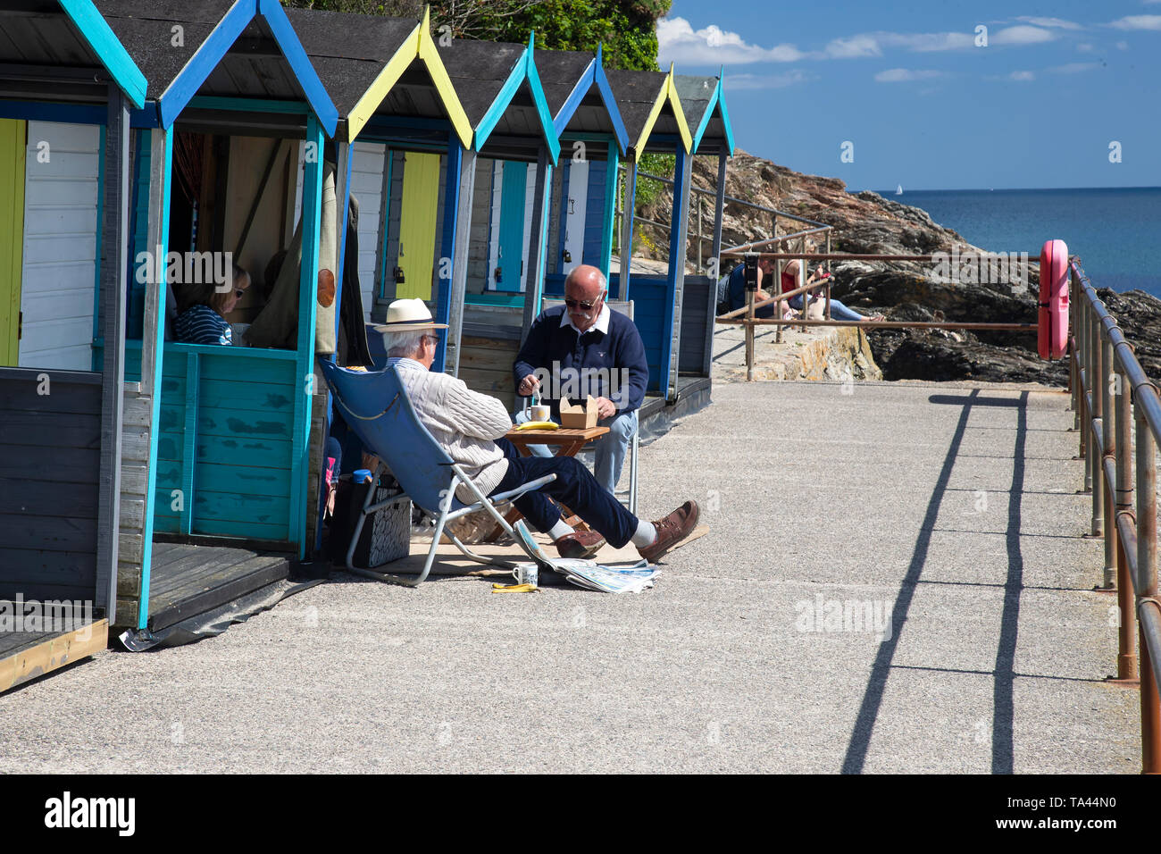 Les touristes profiter de thé de l'après-midi et une collation à l'extérieur d'une cabane de plage de Swanpool, près de Cornwall Falmouth, Royaume-Uni Photo Stock