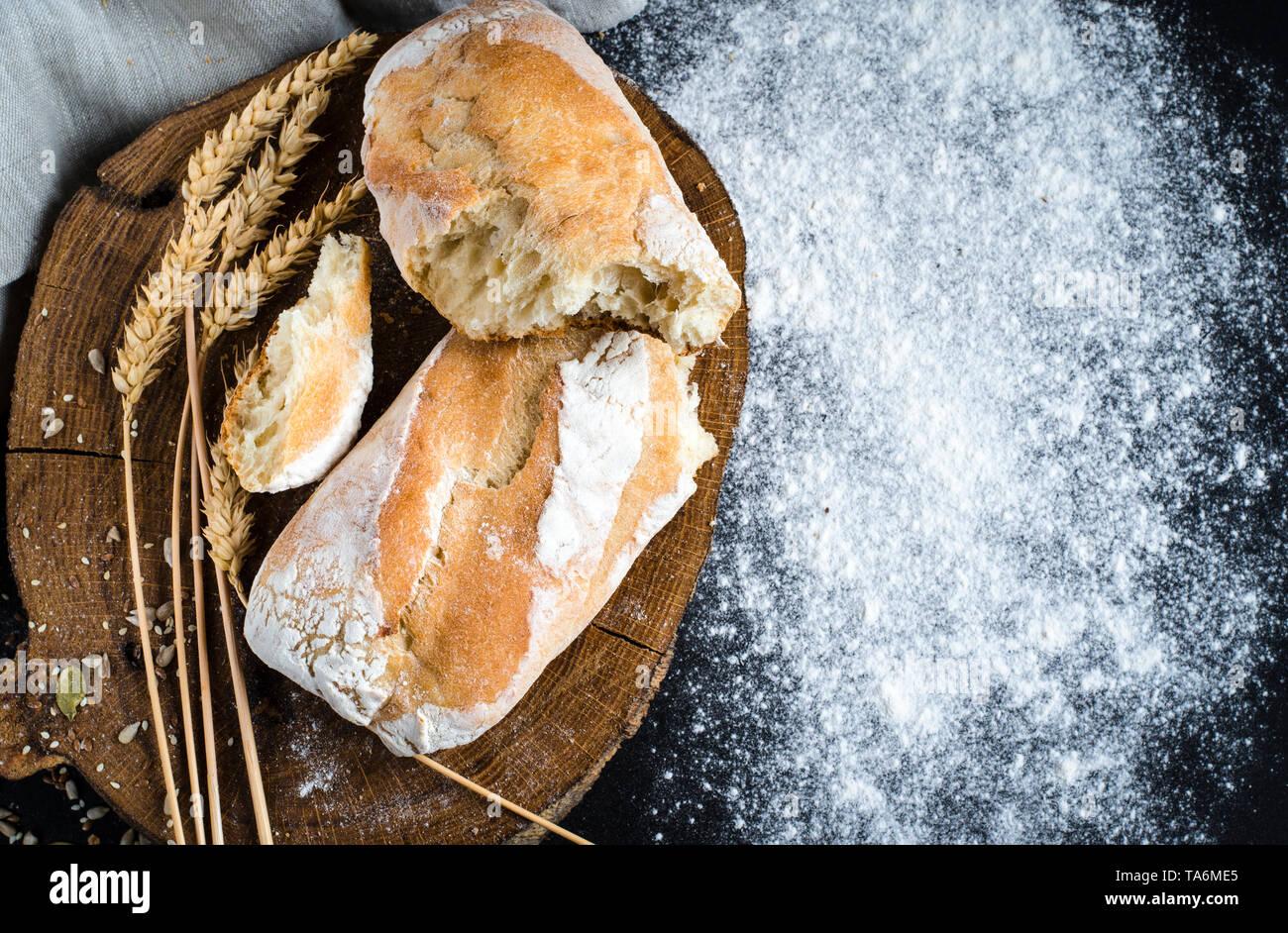 Pain traditionnel fait maison fraîchement préparés sur une table en bois rustique Banque D'Images