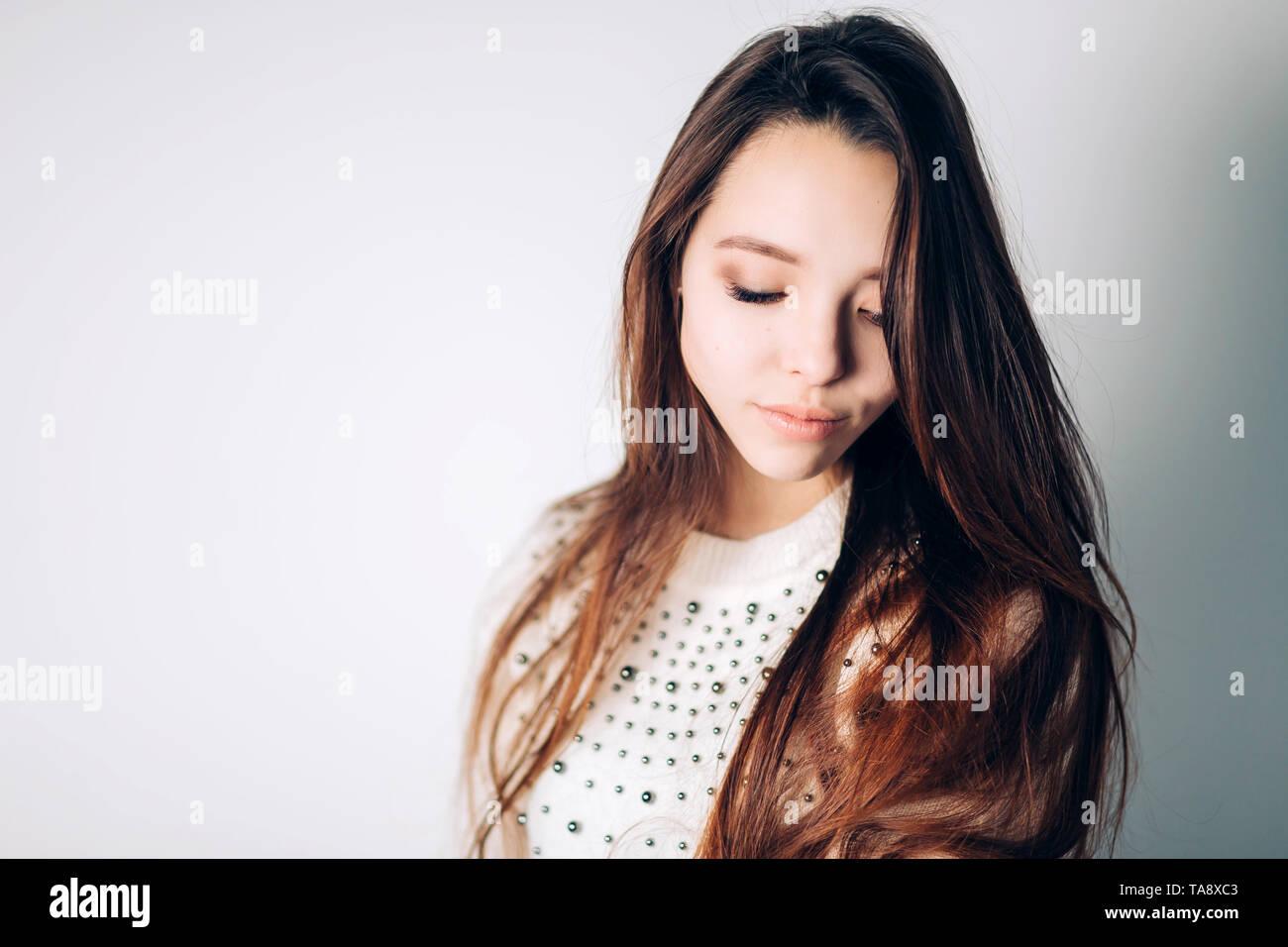 Close-up d'une femme triste et déprimé. Portrait de belle fille avec les yeux baissés sur un fond blanc, copy space Photo Stock
