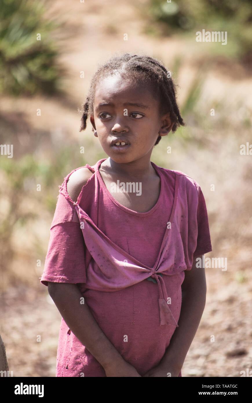 Petite fille en zone rurale, l'Éthiopie. L'accaparement de terres laisse de nombreuses communautés de vivre dans la pauvreté au milieu de raréfaction des ressources naturelles Photo Stock