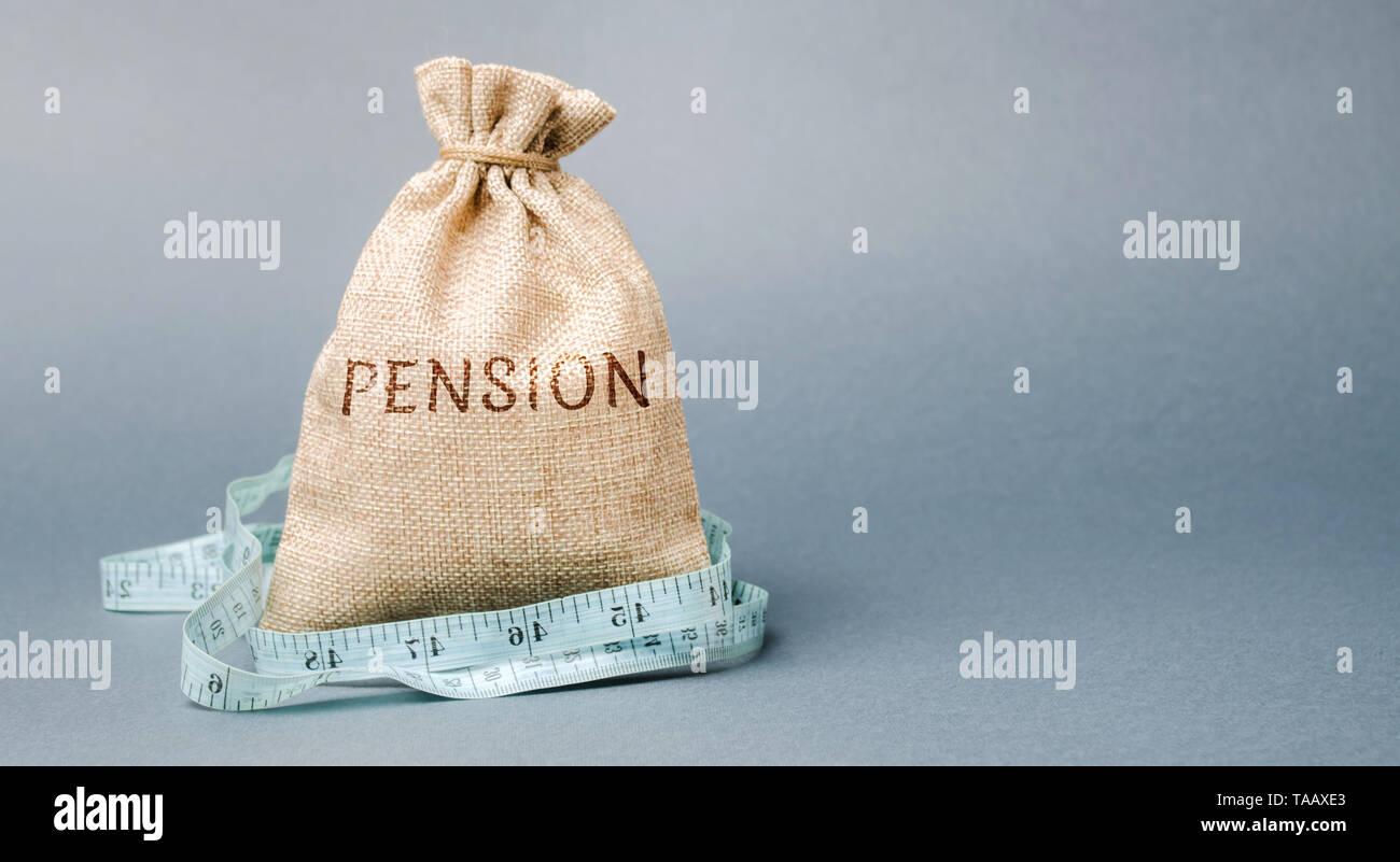 Sac de l'argent avec le mot retraite et ruban à mesurer. Automne / réduction des paiements de pension. La retraite. Les retraités de financement. Réduction de la caisse de retraite. E Photo Stock
