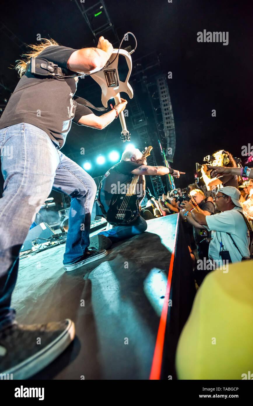 Indio, en Californie, le 26 avril 2019, Bret Michaels Band sur scène l'exécution à une foule énergique le jour 1 de la Malle-poste Festival de musique country. Banque D'Images