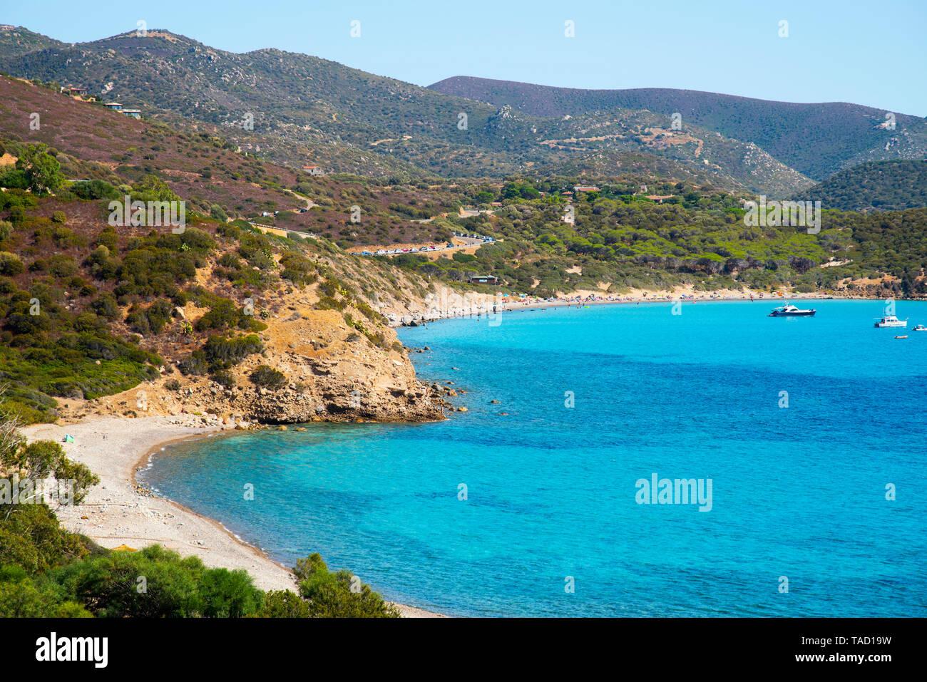 Une vue panoramique sur l'Est Canaleddus et sur la mer Méditerranée en Sardaigne, Italie, avec la plage de Spiaggia di Mari Pintau en arrière-plan Banque D'Images
