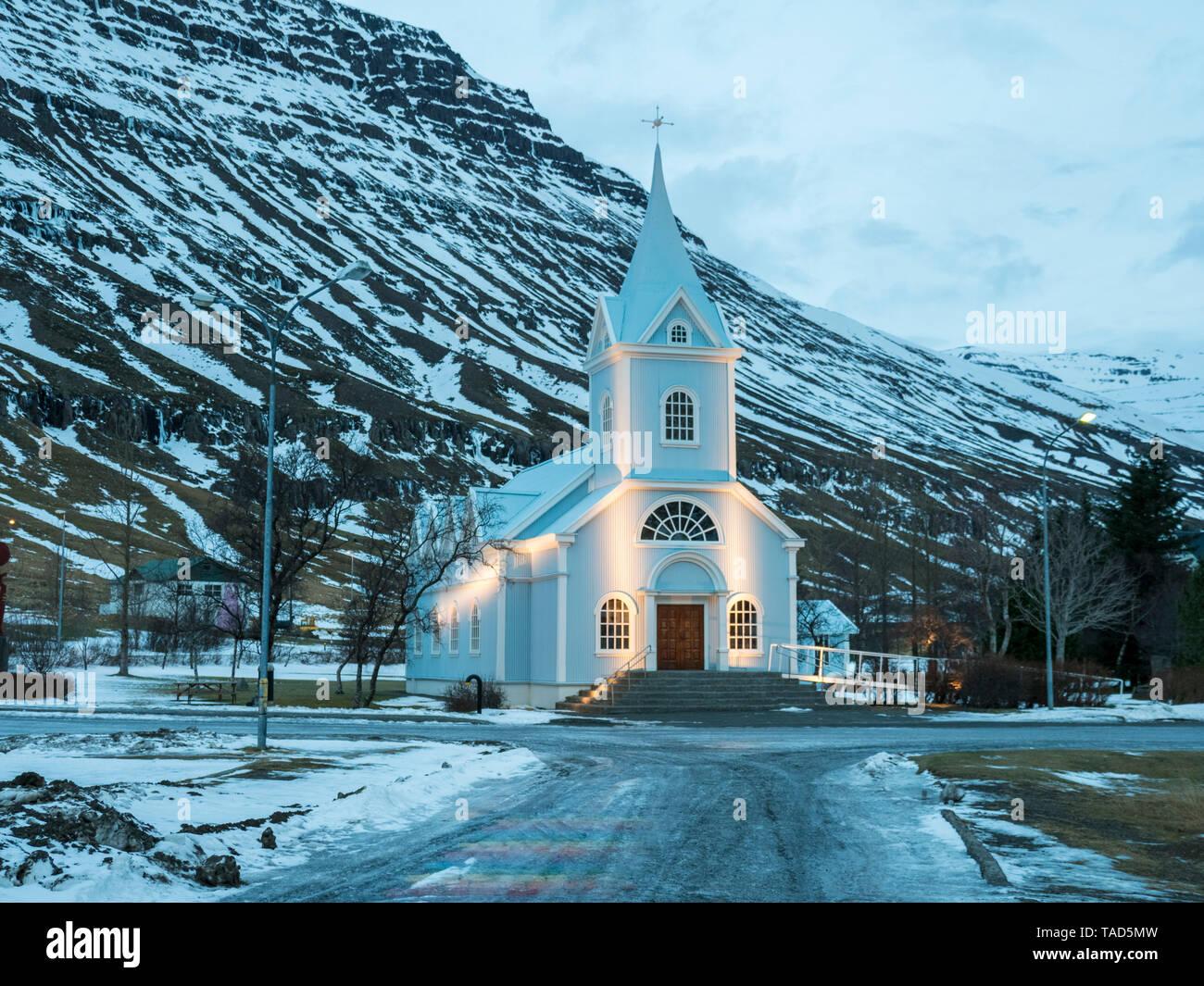 L'Islande, Seydisfjordur, Seydisfjardarkirkja dans l'église avant le lever du soleil d'hiver Banque D'Images