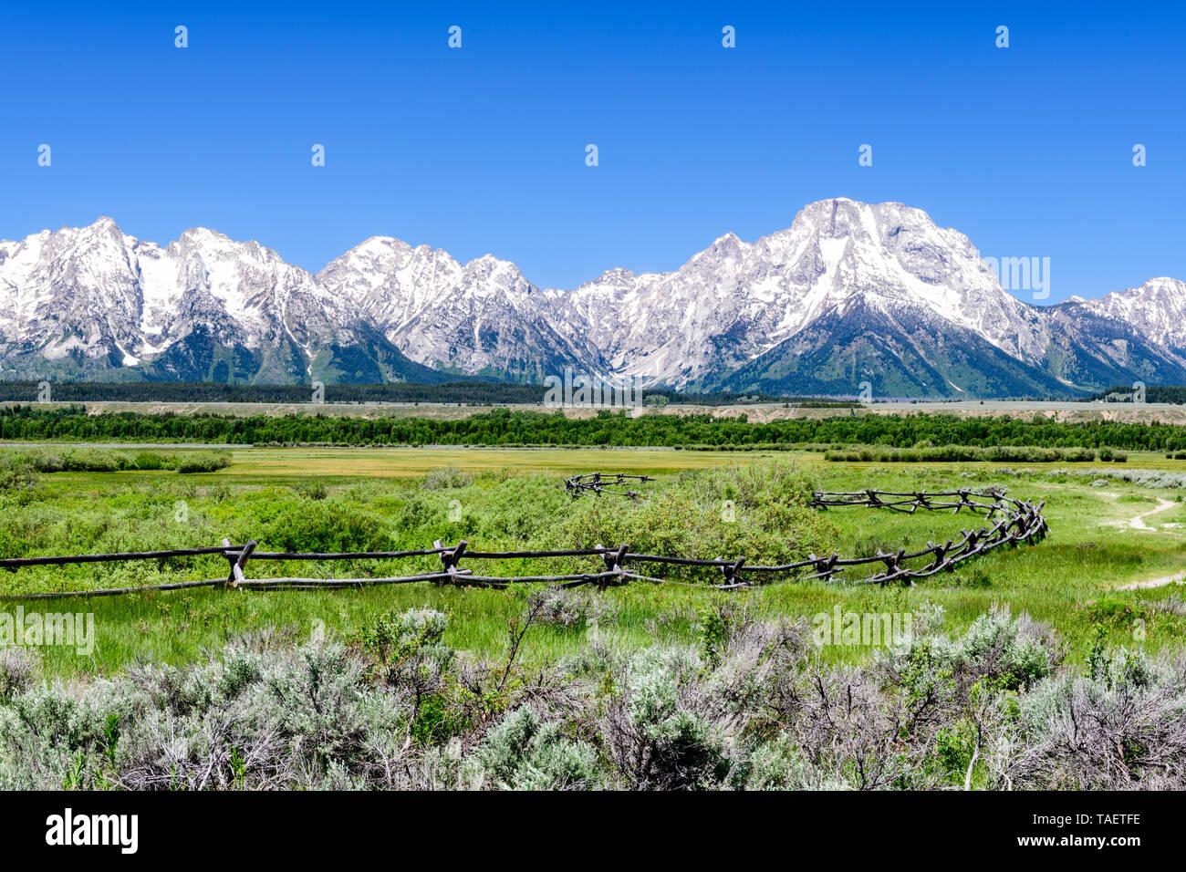 Une clôture avec le Grand Tetons en arrière-plan dans le Grand Teton National Park près de Jackson Hole, Wyoming USA. Banque D'Images
