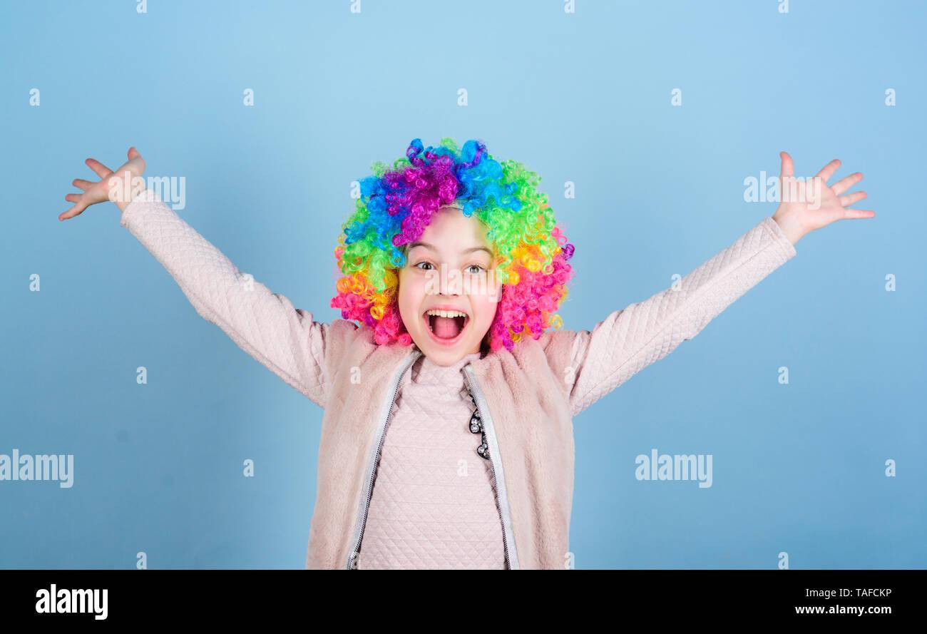 Le bonheur est la vie vivante de l'intérieur. Happy little girl enfant portant perruque cheveux lumineux sourire de bonheur. Childs le bonheur et le bien-être. Il n'y a pas de beauté sans bonheur. Banque D'Images