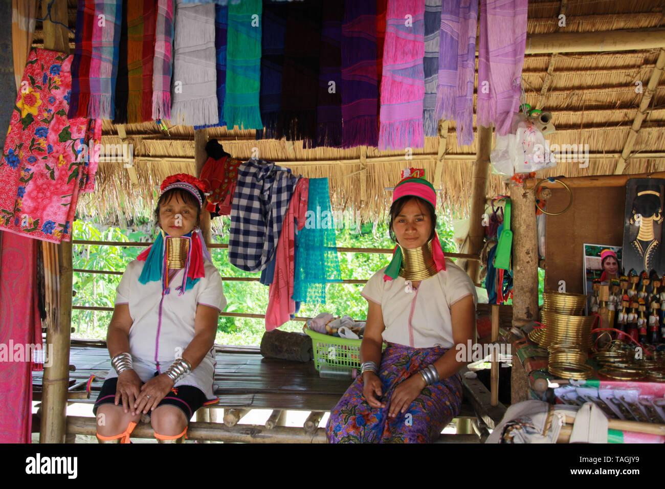 Baidjan KAREN VILLAGE, THAÏLANDE - 17 décembre. 2017: Deux long cou women sitting in front of a bamboo hut Banque D'Images