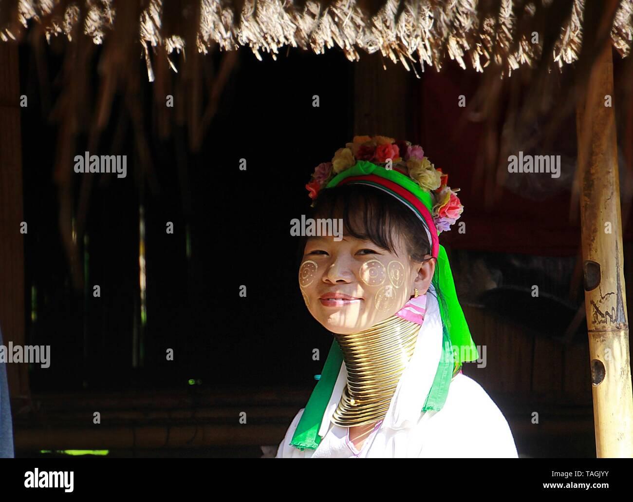 Baidjan KAREN VILLAGE, THAÏLANDE - 17 décembre. 2017: long cou femme assise en face d'une hutte Banque D'Images