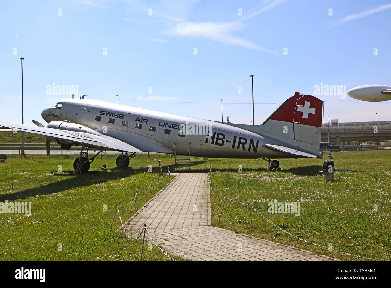 MUNICH, ALLEMAGNE - un avion légendaire historique Douglas DC3 de l'année 1946 pour l'Air suisse sur l'affichage à l'aéroport de Munich parc visiteur Banque D'Images