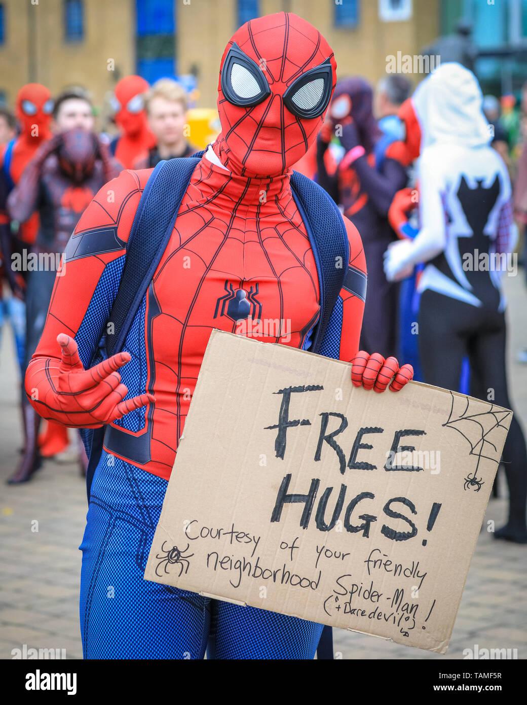 """Londres, Royaume-Uni. 26 mai, 2019. Accolades fraternelles de votre quartier sympathique Spiderman! Un groupe d'amis plus de trente Spidermen et Spiderwomen à partir d'un groupe de médias sociaux appelé 'spider-Verse"""" posent d'une tempête et d'avoir du plaisir lors de l'événement. Du Comicon MCM troisième et dernière journée une fois de plus, voit des milliers de cosplayeurs et fans de comics, de jeux et de fantaisie et sci fi tourner jusqu'en costumes et tenues à ExCel London pour célébrer leurs personnages préférés. Credit: Imageplotter/Alamy Live News Banque D'Images"""