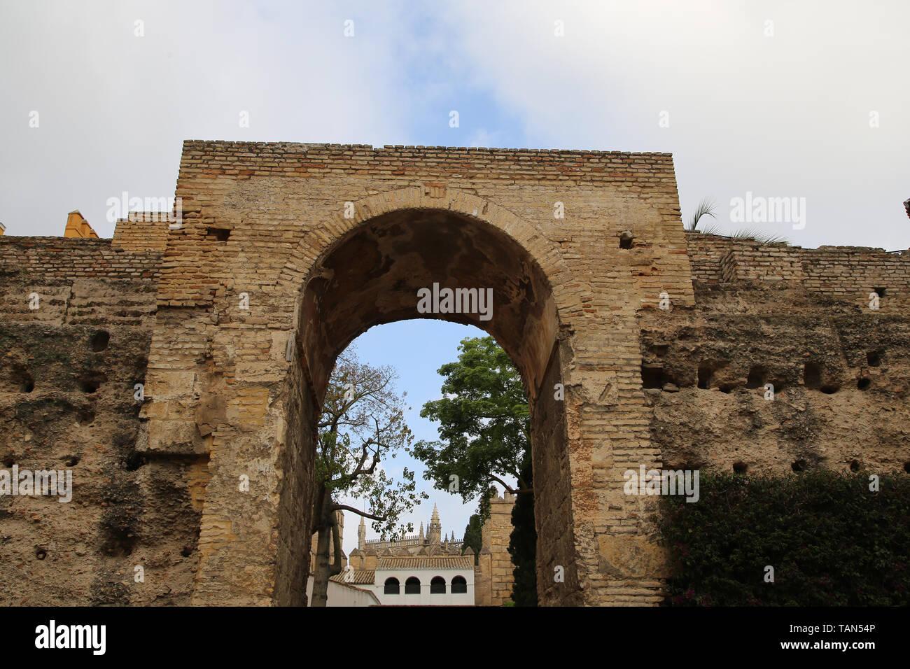 L'Espagne. Séville. Alcazar. Le Patio de la Monteria (la Cour de chasse). De vieux murs. Photo Stock