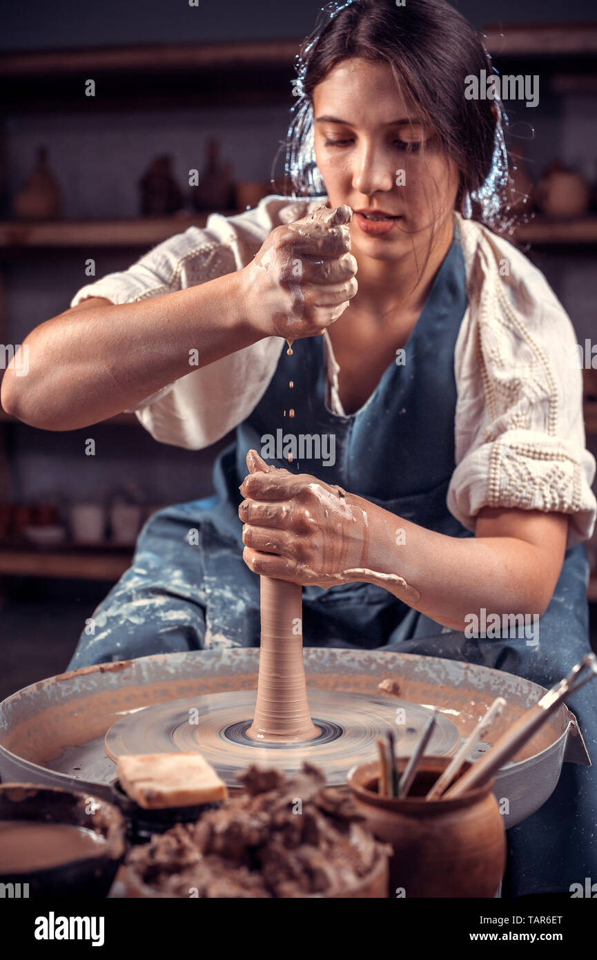Stylishpottery woman posing tout en faïence. Le travail manuel. Banque D'Images