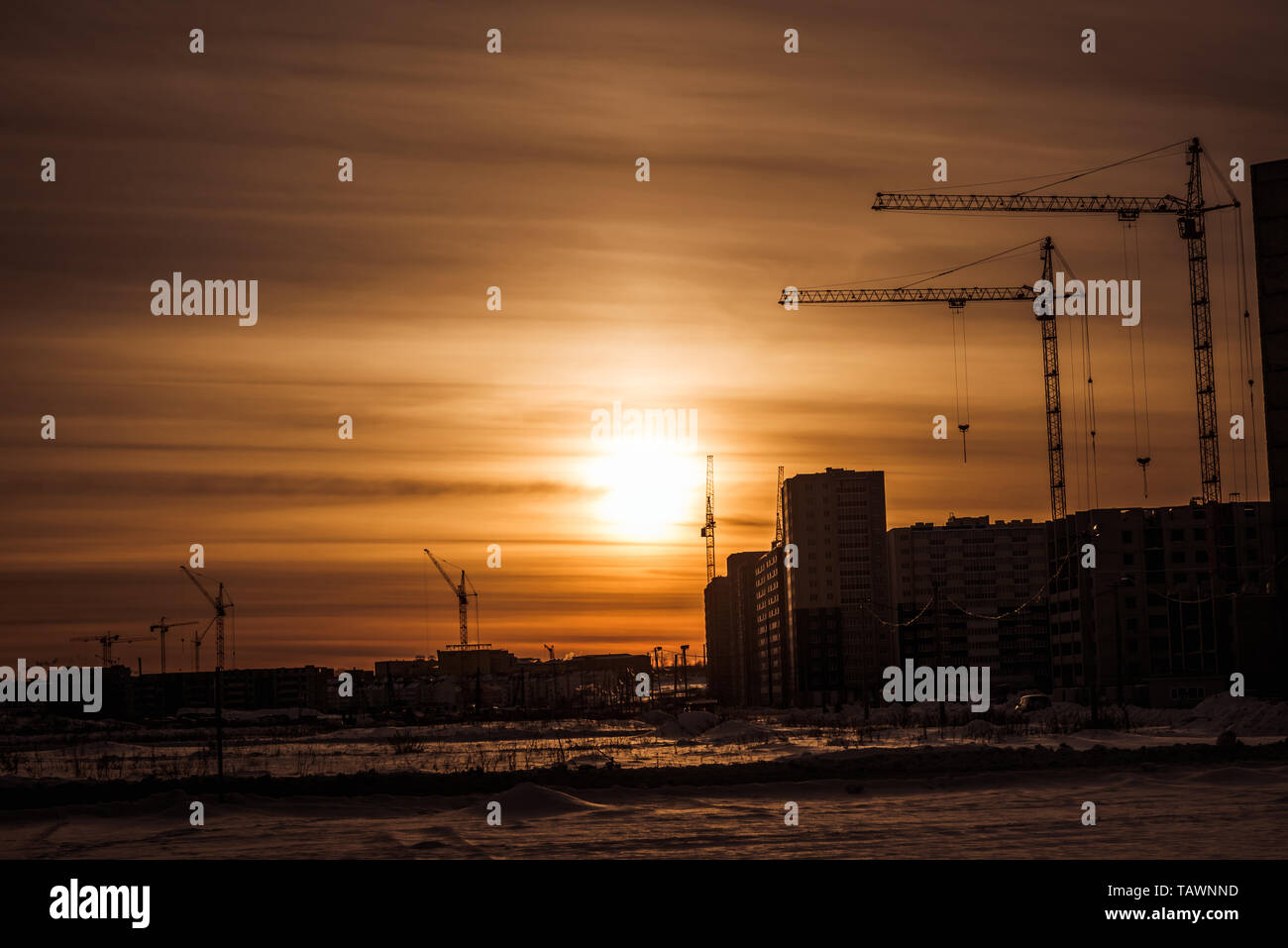 La construction de nouveaux appartements et les grues de construction / Construction d'immeuble de grande hauteur et les grues de construction Banque D'Images