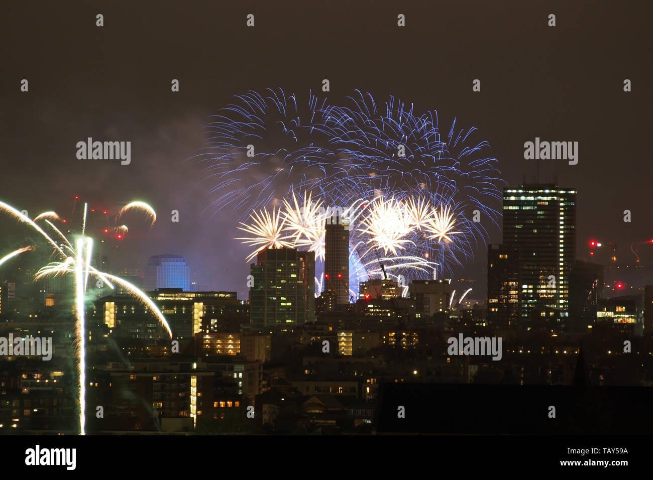 De nouvelles années d'artifice au-dessus London Skyline at Night en Angleterre Banque D'Images