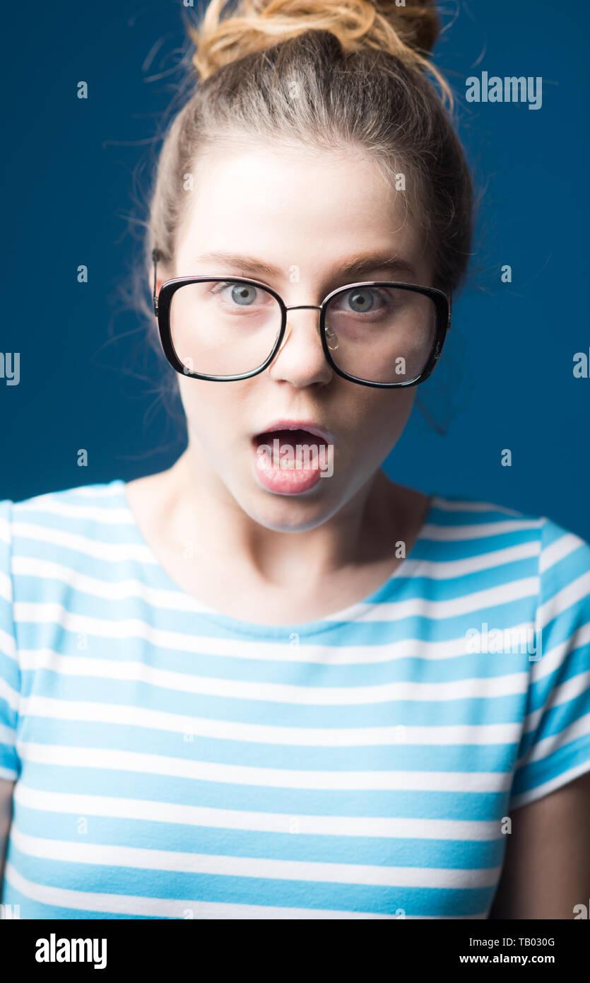 Amélioration visuelle. visuel amélioration de surpris teen girl dans des verres. femme en fait d'amélioration visuelle lunettes amélioration visuelle. clinique. maintenant je Photo Stock
