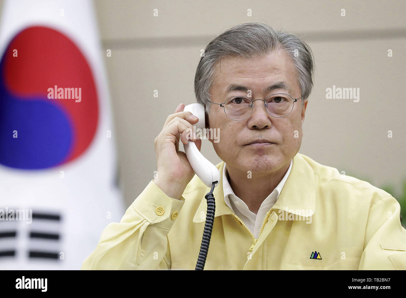 Séoul, Corée du Sud. 30 mai, 2019. 30 mai 2019 à Séoul, en Korea-In ce photos prises fournir est président office de photographe, Président de la Corée du Sud, Moon Jae-in de téléphone du président hongrois à l'occasion de la Blue House dans Séoul, jeudi, 30 mai 2019. Lune a ordonné à des fonctionnaires à mobiliser toutes les ressources visant à appuyer le travail de sauvetage en coopération avec le gouvernement hongrois après qu'un bateau avec des touristes sud-coréens a chaviré dans Budapest. Credit: Zuma Zuma Press/wire/Alamy Live News Photo Stock
