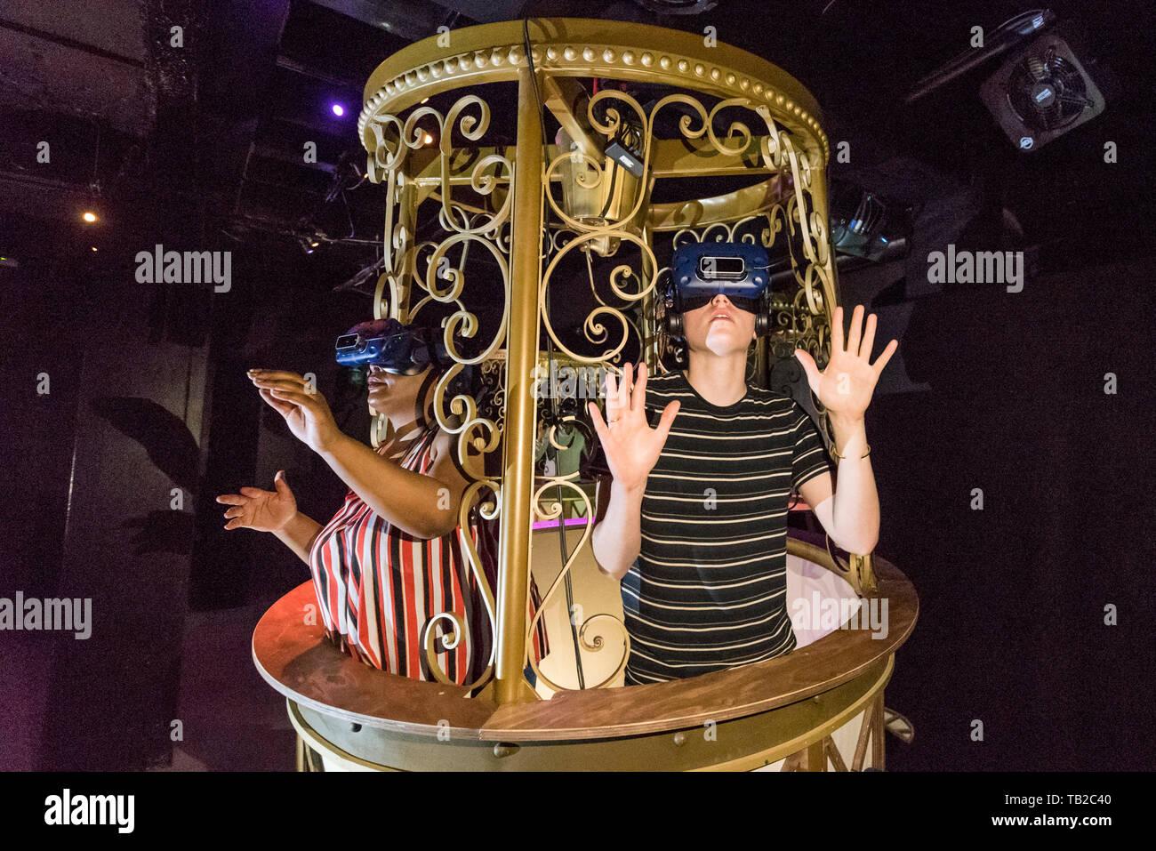 """Londres, Royaume-Uni. 30 mai 2019. Les membres du personnel de poser dans les ballons à air avec tête de réalité virtuelle met en scène à Londres les morts l'aperçu de """"Jeff Wayne's La Guerre des mondes: l'expérience immersive"""" ouvrant sur Leadenhall Street dans la ville de Londres le 31 mai 2019. L'expérience interactive 110 minutes emmène les visiteurs dans un voyage à travers l'Invasion Martienne de Hg et de 1898 par le biais de théâtre immersif, réalité virtuelle, réalité augmentée et des hologrammes. Crédit: Stephen Chung / Alamy Live News Photo Stock"""
