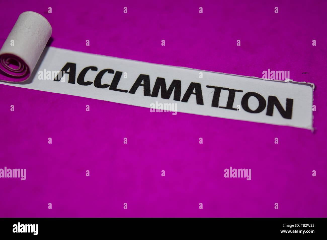 Acclamation du texte, d'inspiration et de vibrations positives concept sur papier déchiré violet Photo Stock