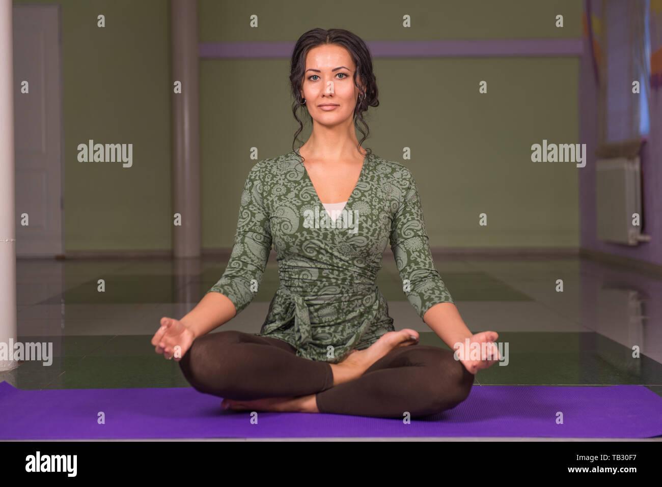Montre femme yogi yoga positions dans la salle de sport Banque D'Images