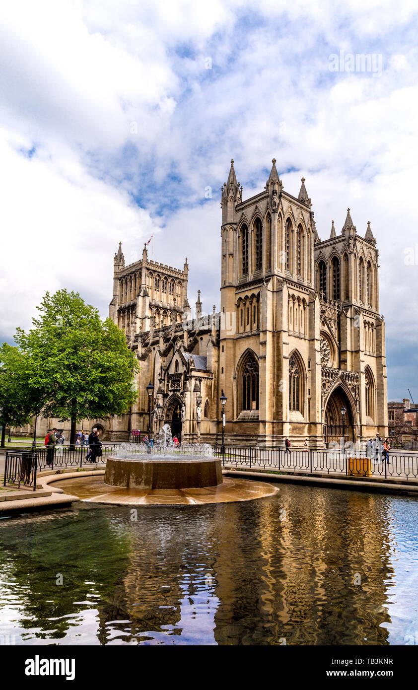 La cathédrale de Bristol et fontaine en College Green, Bristol, UK Banque D'Images