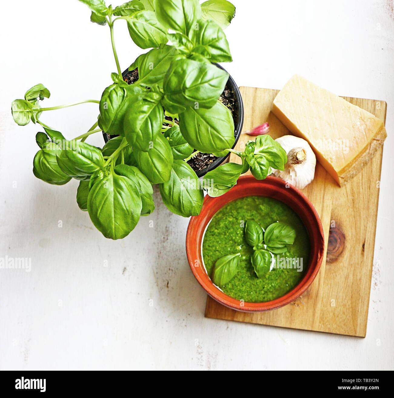 La cuisine méditerranéenne: sauce pesto Genovese fait maison avec les principaux ingrédients: feuilles fraîches de basilic, ail et Parmesan Banque D'Images