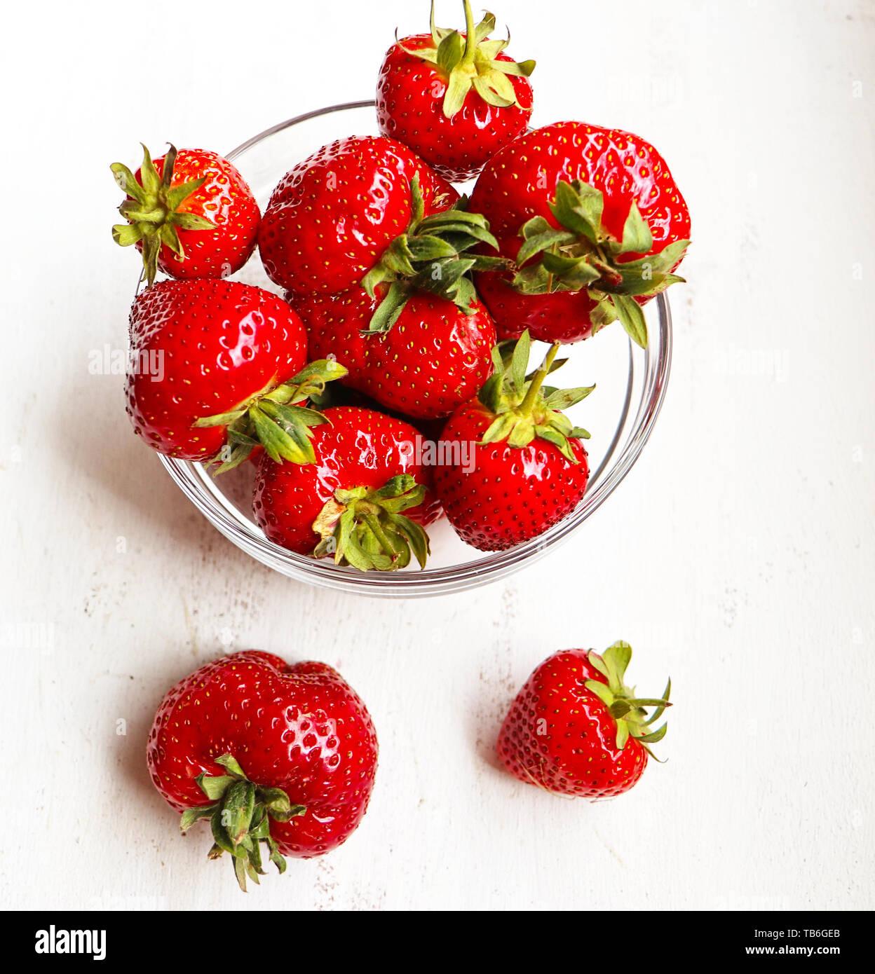 Bol en verre avec une fraise mûre vue supérieure Banque D'Images