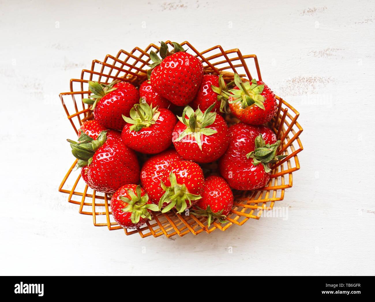 Panier en osier avec des mûres et des fraises rouge Vue de dessus Banque D'Images