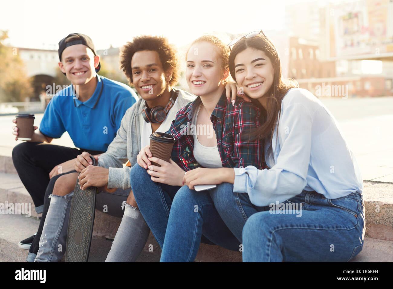 Groupe d'adolescents qui traînaient dans skate parc, avoir pause café dans les sports actifs, de l'espace libre Banque D'Images