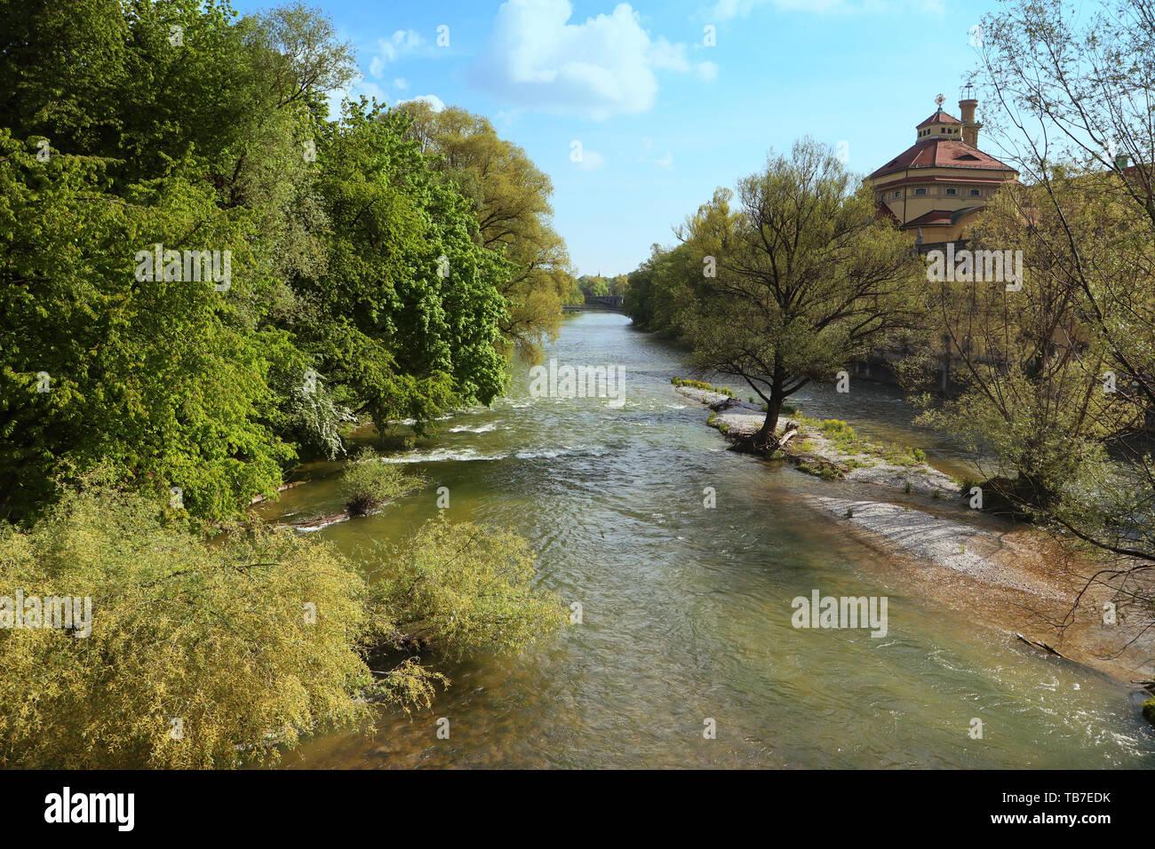 Vue panoramique de la rivière Isar printemps de Munich avec le dôme baroque de l'Muellersches baignoire Banque D'Images