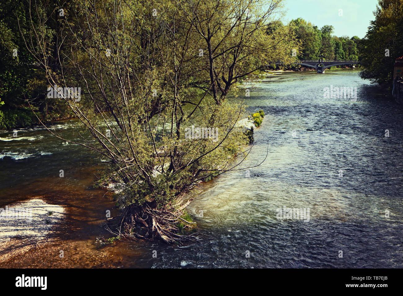 Vue panoramique de la rivière Isar printemps à Munich avec le clair et propre eau-vive Banque D'Images