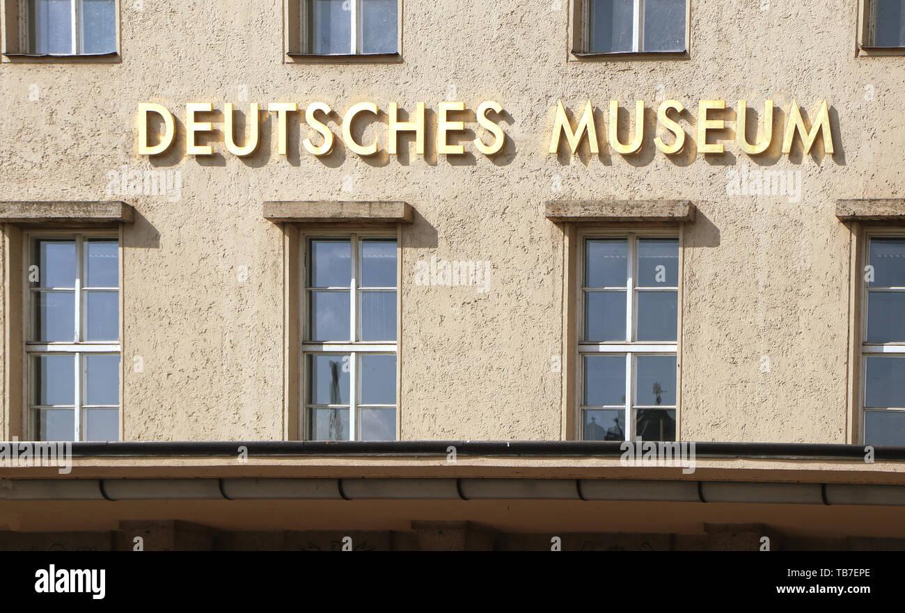 Le Deutsches Museum de Munich- le nom du musée de l'étiquette comme la surimpression en lettre d'or sur la façade Banque D'Images