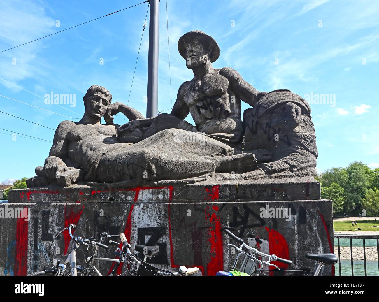 MUNICH, ALLEMAGNE - le 2 mai 2019 groupe Sculpture datée du 1925, à l'W Début de la Marois pont sur la rivière Isar à Munich Banque D'Images