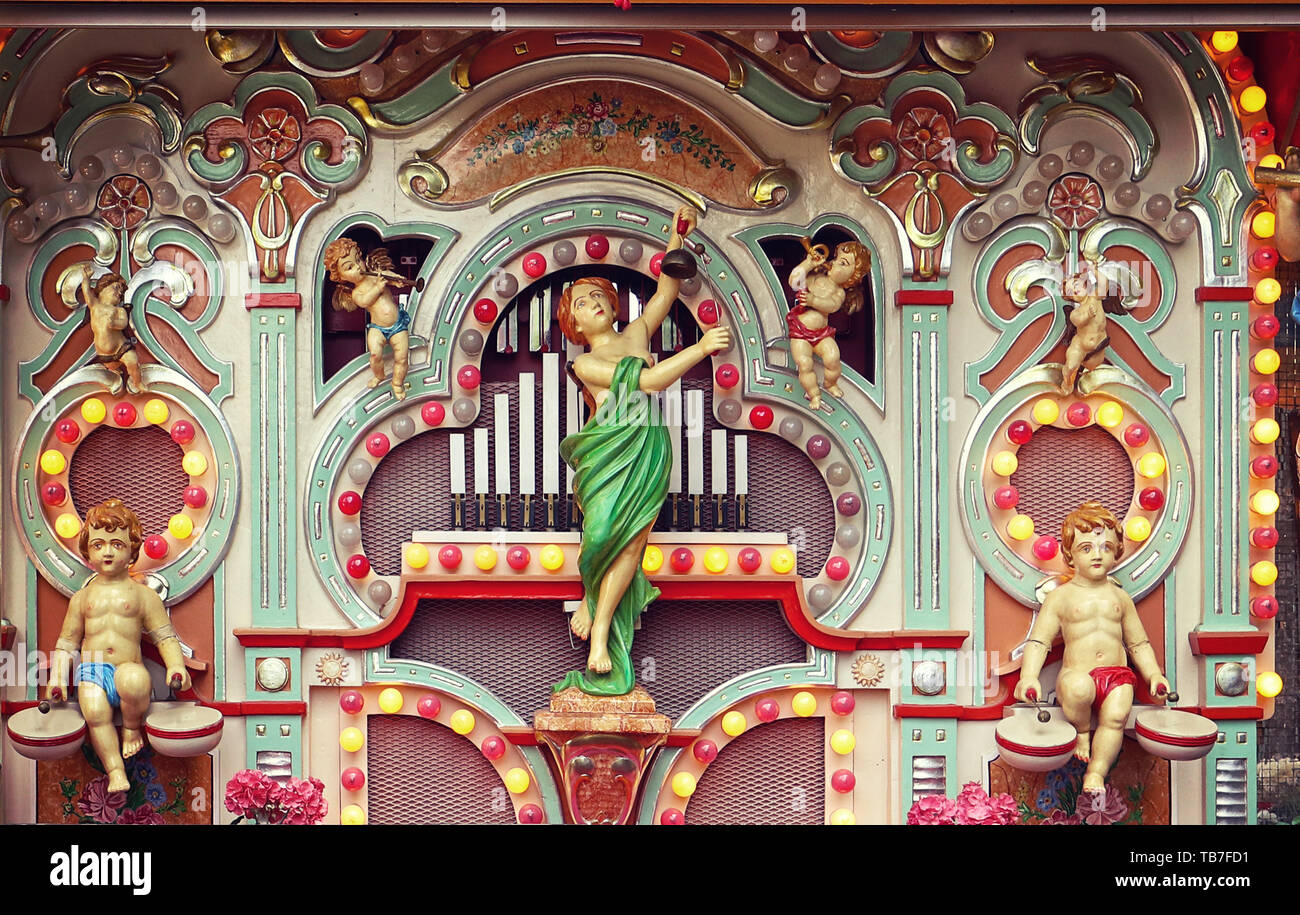 MUNICH, ALLEMAGNE - Vintage parc d'orgue à tuyaux avec figures mécaniques de puttos et anges et lampes colorées à l'exécution de l'Auer Dult juste Banque D'Images